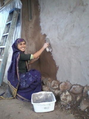 Autumn 2013, Pritvi volunteered to add earth and lime plaster to the straw bale pump house.